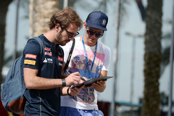 Jean-Eric Vergne, Scuderia Toro Rosso firma autografi per i tifosi