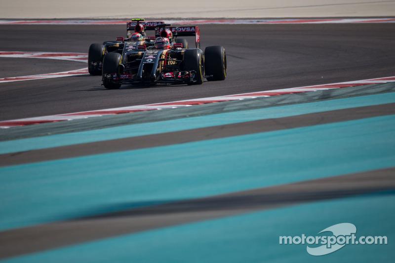 Esteban Ocon, Lotus F1 E22 Test Driver leads Pastor Maldonado, Lotus F1 E21