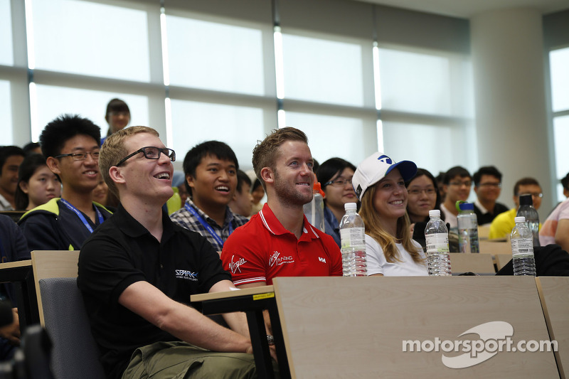 Sam Bird, Virgin Racing en clase en la Univ. Heriot Watt, Campus, Putrajaya