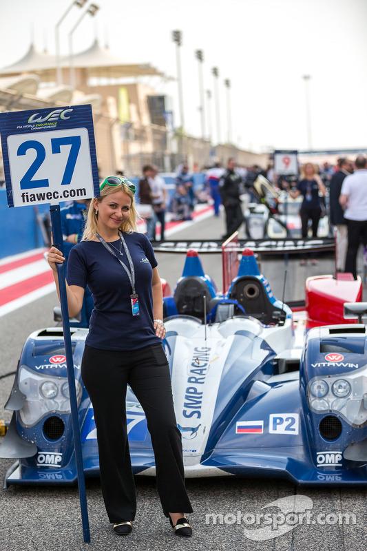 Grid kızı ve #27 SMP Racing Oreca 03R - Nissan: Sergey Zlobin, Nicolas Minassian, Maurizio Mediani