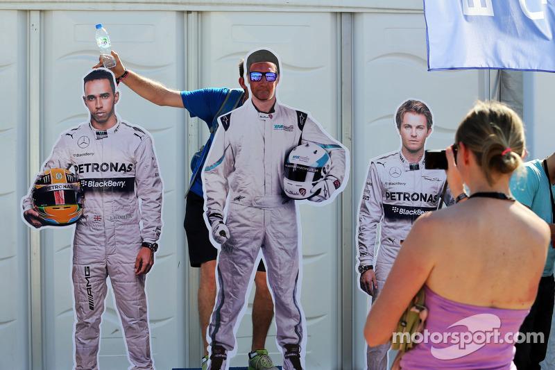 Fans con recortes de Lewis Hamilton, Mercedes AMG F1, y Nico Rosberg, Mercedes AMG F1