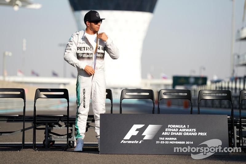 Lewis Hamilton, Mercedes AMG F1 en la foto grupal al fenal de temporada