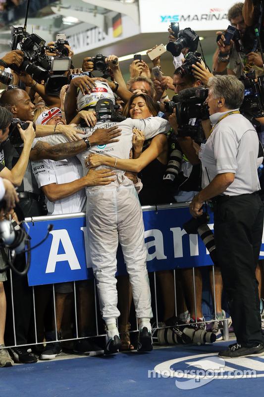 Vencedor da corrida e campeão do mundo Lewis Hamilton, Mercedes AMG F1 W05 celebra no parc ferme com trmão Nick e namorada Nicole Scherzinger, cantora