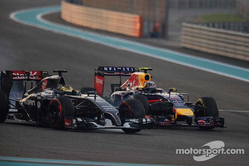 Adrian Sutil, Sauber C33 and Daniel Ricciardo, Red Bull Racing RB10 battle for position