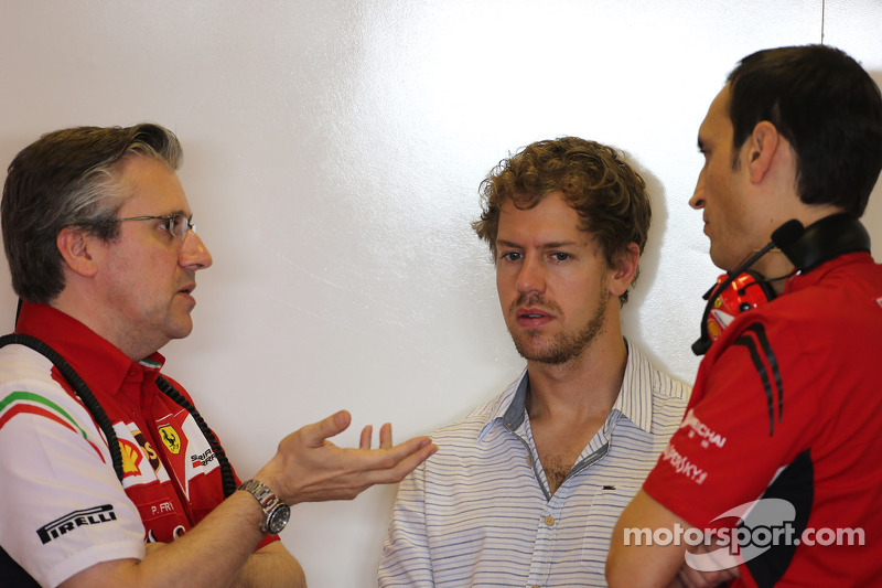 Pat Fry, Vice-Diretor Técnico e Chefe de Engenharia de corrida da Ferrari e Sebastian Vettel