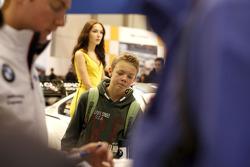 Un joven fan espera por la atención de Maxime Martin