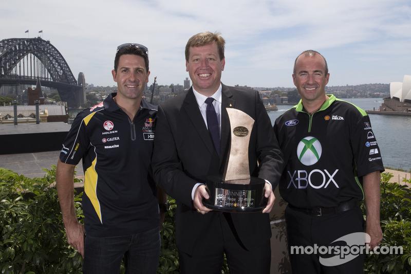 Başbakan Yardımcısı ve Turizm Bakanı Troy Grant ve pilotlar Marcos Ambrose ve Jamie Whincup