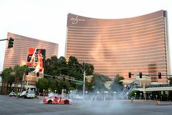2014 champion Kevin Harvick, Stewart-Haas Racing Chevrolet mit Burnout vor dem Wynn Hotel