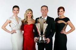 Miss Sprint Cups Madison Martin, Kim Coon, et Julianna White posent avec le champion Kevin Harvick