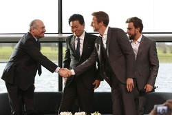 Yasuhisa Arai, 本田赛车首席执行官,简森·巴顿,费尔南多·阿隆索,和罗恩·丹尼斯,迈凯伦主席和CEO