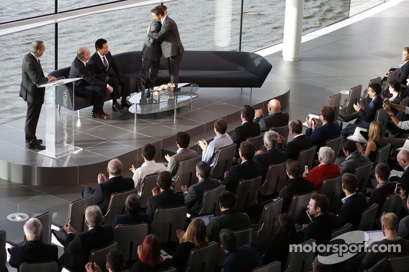Yasuhisa Arai, director de Honda Motorsport, Jenson Button, Fernando Alonso y Ron Dennis, Chairman y CEO de McLaren
