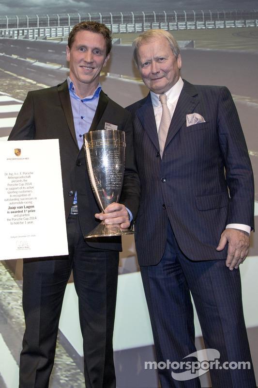 El ganador de la Porsche Cup 2014: Jaap van Lagen con  Wolfgang Porsche