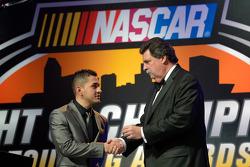纳斯卡墨西哥系列赛冠军Abraham Calderon从纳斯卡主席Mike Helton那里获得一枚冠军戒指
