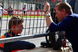 Le vainqueur Max Verstappen, Red Bull Racing avec son père Jos Verstappen