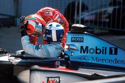 Le vainqueur David Coulthard, McLaren, le deuxième, Eddie Irvine, Ferrari