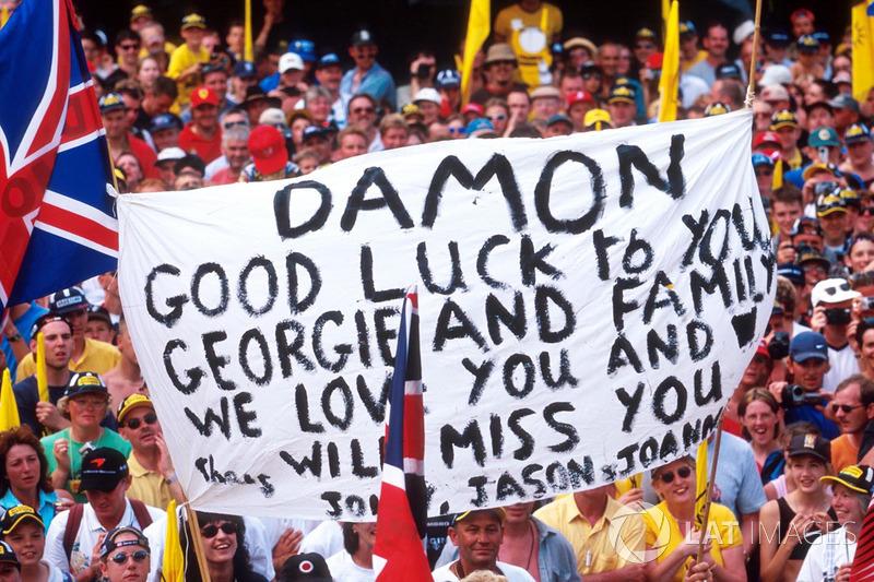 El anuncio no era oficial, pero los espectadores ya mostraban su tristeza al ver a Hill en el Gran Premio de casa.
