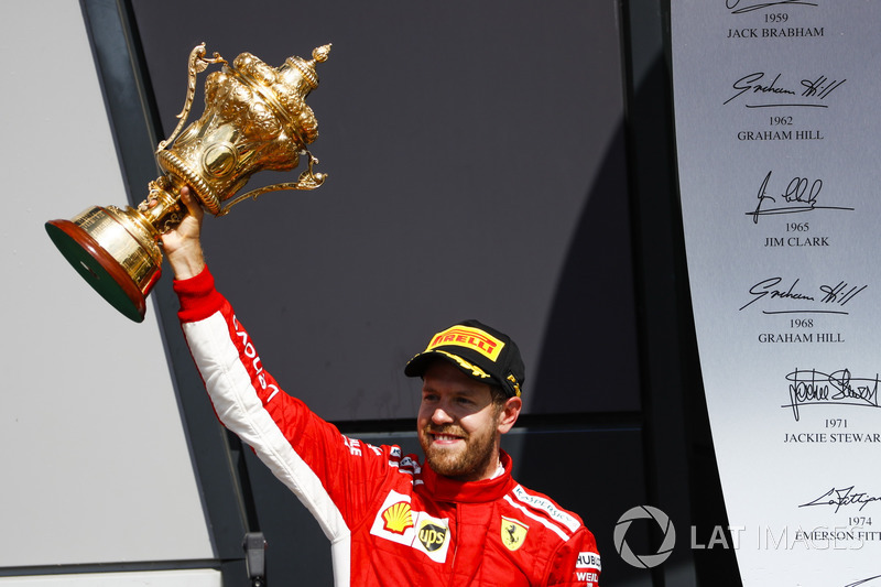 Sebastian Vettel, Ferrari, 1° classificato, sul podio