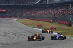 Daniel Ricciardo, Red Bull Racing RB14 and Pierre Gasly, Scuderia Toro Rosso STR13