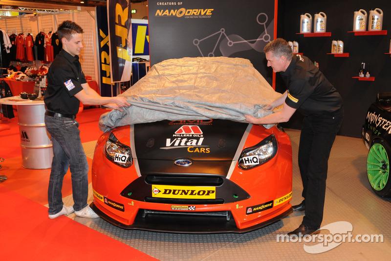 Mike Bushell ve takım patronu Shaun Hollamby, 2015 araçlarının örtüsünü kaldırıyor, AmD Tuning.com F