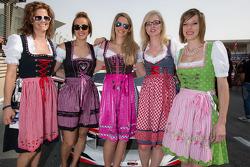Bavarian / ragazze austriache sulla griglia di partenza