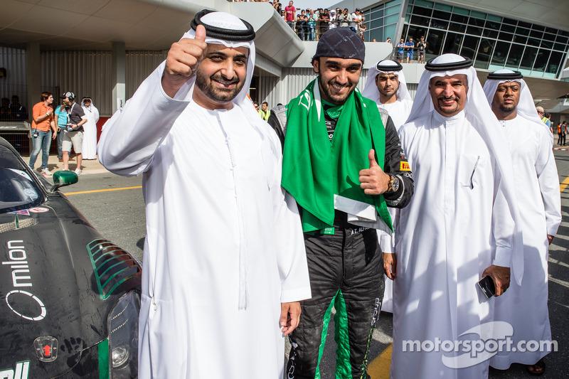 Juara balapan Abdulaziz Al Faisal merayakans bersama friend