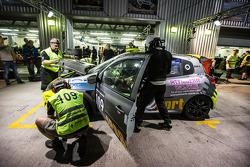 Boxenstopp für #109 APO Sport, Renault Clio Cup: Alex Osborne, James May, Tim Gabor, Peter Venn, Pau