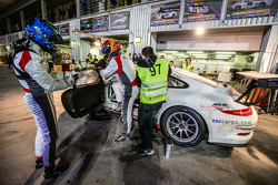 Pit stop para o # 97 GDL Corrida Porsche 991 Cup: John Iossifidis, Wee Lim Koeng, Michael Spiridinov