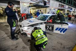 Pit stop para o # 74 MPB Racing Team BMW M235i Corrida Cup: Matias Henkola, Stephan Kuhs, Bernhard H