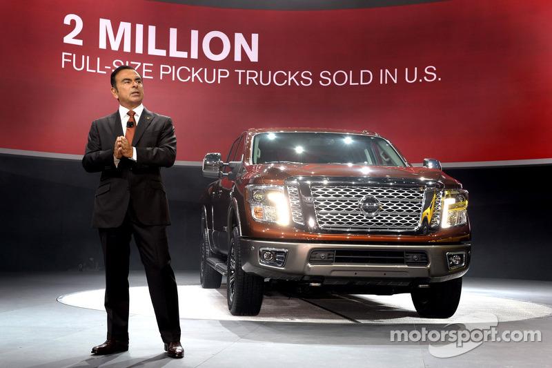 Nissan-Präsident und -Geschäftsführer Carlos Ghosn mit dem Nissan Titan