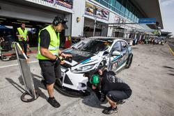 Pit stop para o # 92 MARC Cars Austrália MARC Foco V8: James Kaye, Amro Al-Hamad, Tony Karanfilovski