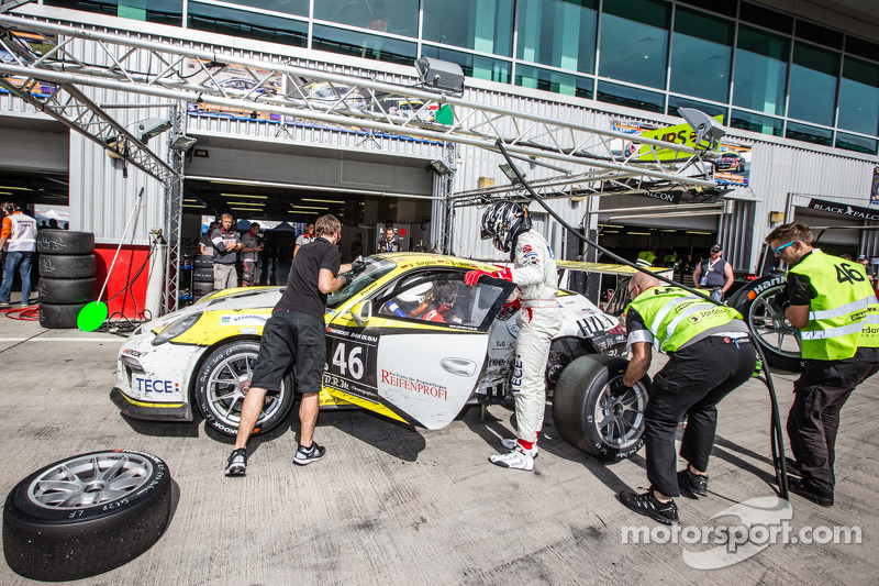 Pit stop for #46 MRS GT-Racing Porsche 991 Cup: Siegfried Venema, Chris le Bon, Ilya Melnikov, Bassa