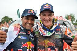 Il vincitore categoria auto Nasser Al-Attiyah con il vincitore categoria moto Marc Coma