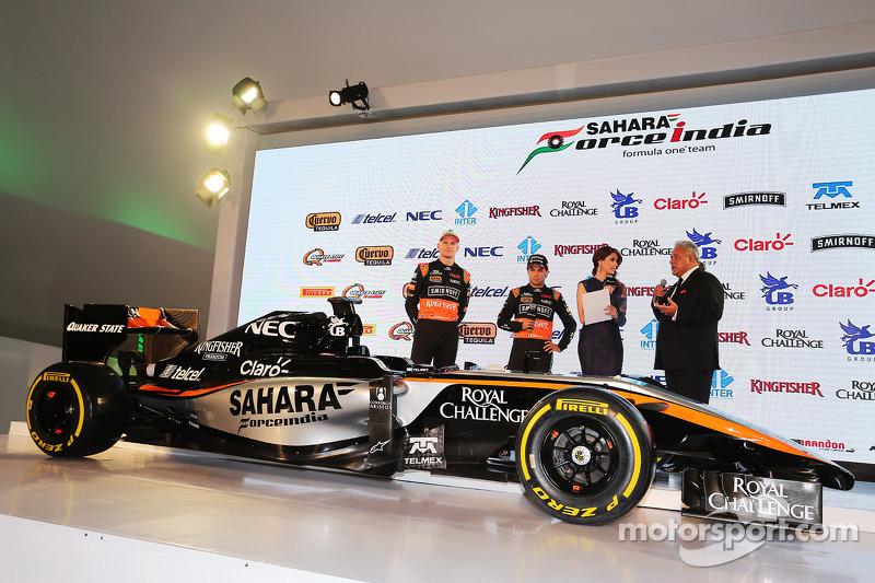 (Von links nach rechts): Nico Hülkenberg, Sahara Force India F1, mit Teamkollege Sergio Perez, Sahara Force India F1, und Dr. Vijay Mallya, Teameigner Sahara Force India F1