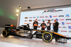 (Von links nach rechts): Nico Hülkenberg, Sahara Force India F1, mit Teamkollege Sergio Perez, Sahara Force India F1, und Dr. Vijay Mallya, Teameigner Sahara Force India F1