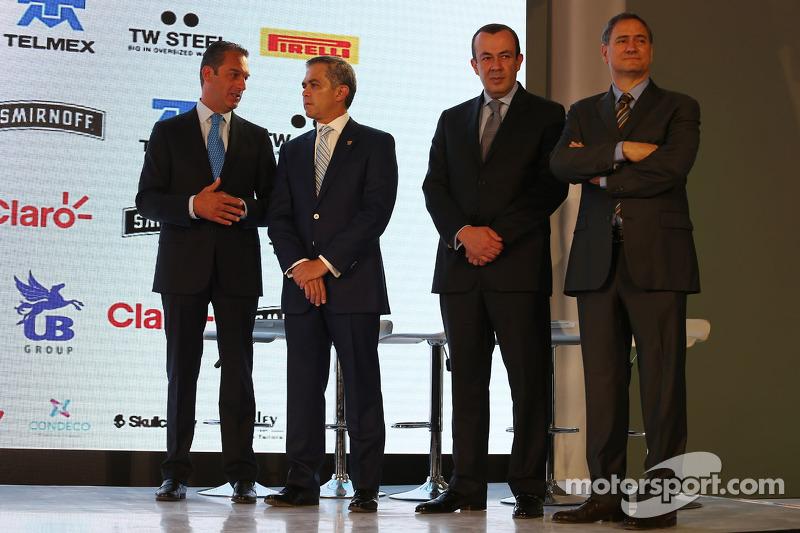 (Von links nach rechts): Carlos Slim, Geschäftsmann mit Miguel Angel Mancera, Bürgermeister von Mexiko-Stadt und Francisco Maass Pena, stellvertretender Tourismus-Minister, sowie Alejandro Soberon, Geschäftsführer Corporacion Interamericana
