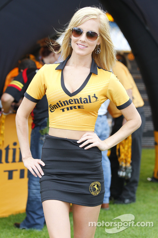 Bezauberndes Continental-Tire-Girl