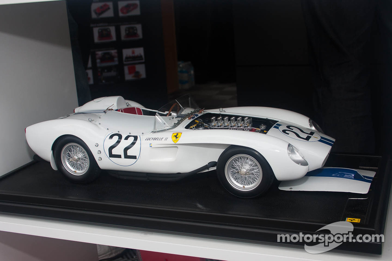 Straordinaria riproduzione di Amalgam scala 1:8 di una Ferrari 250TR