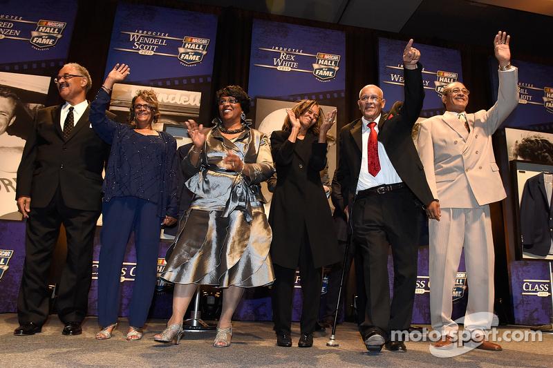 Die Familie Wendell Scott erhält das NASCAR Hall of Fame Jacket zu Ehren des verstorbenen Wendell Scott