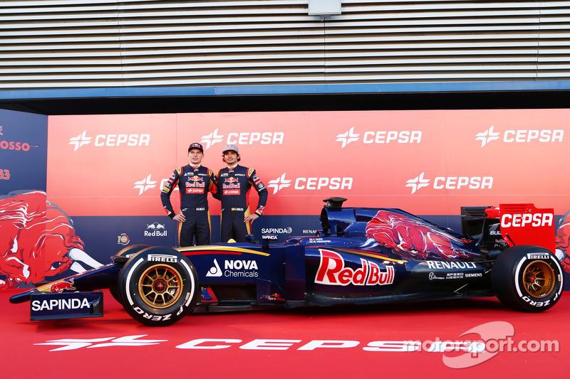 (da sinistra a destra): Max Verstappen, Scuderia Toro Rosso e il compagno di squadra Carlos Sainz Jr