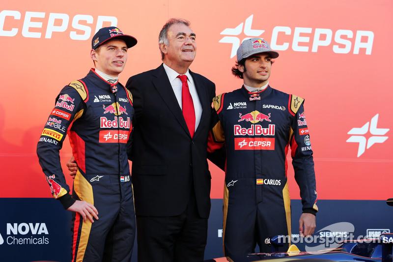 (从左到右)马克思·维斯塔潘,红牛青年队和Cespa市场副主席,队友小卡洛斯·塞恩斯,红牛青年队,在红牛青年队新STR10赛车发布仪式