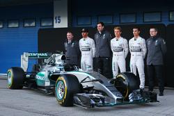 El Mercedes AMG F1 W06 es presentado: Paddy Lowe, Mercedes AMG F1, director ejecutivo de Mercedes AMG F1; Toto Wolff, Mercedes AMG F1, director ejecutivo ; Nico Rosberg, Mercedes AMG F1; Pascal Wehrlein, Mercedes AMG F1 piloto reserva y; yy Cowe