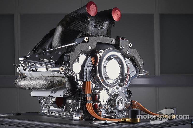 Год спустя правила ужесточили – теперь у каждого пилота в запасе «немыслимые» три двигателя на все Гран При