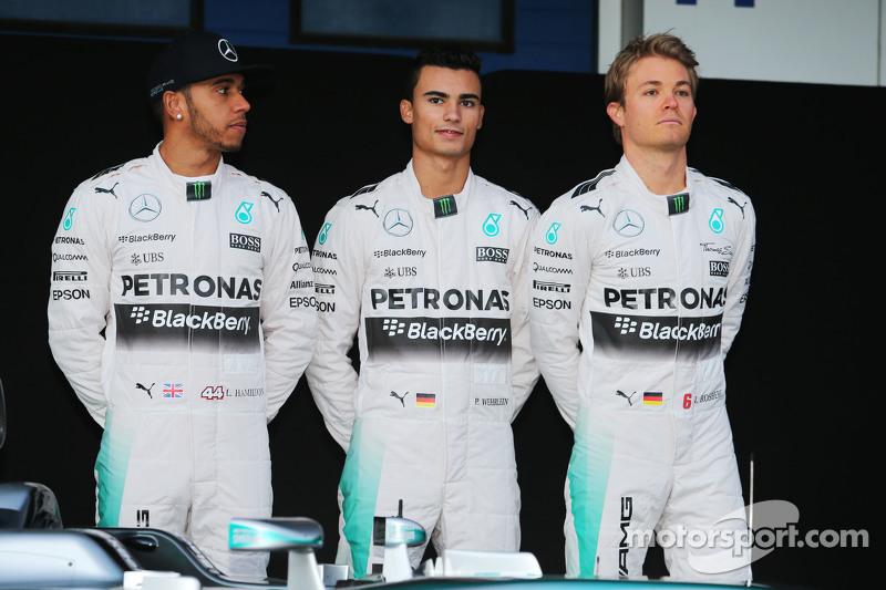 (da sinistra a destra): Lewis Hamilton, Mercedes AMG F1 con Pascal Wehrlein, terzo pilota Mercedes AMG F1 e Nico Rosberg, Mercedes AMG F1