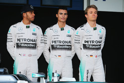 (من اليسار إلى اليمين): لويس هاميلتون، مرسيدس إيه إم جي إف1 مع باسكال ويرلين، السائق الاحتياطي في مرسيدس إيه إم جي إف1 ونيكو روزبرغ، مرسيدس إيه إم جي إف1