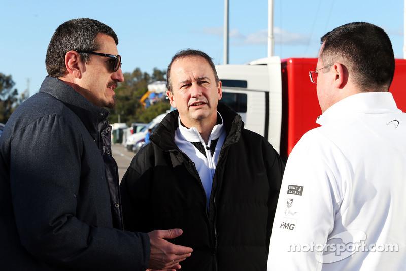 (从左到右)古恩瑟·斯坦尔,哈斯F1车队主席和乔纳森·妮儿,迈凯伦车队首席运营官和埃里克·布里尔,迈凯伦车队赛事总监