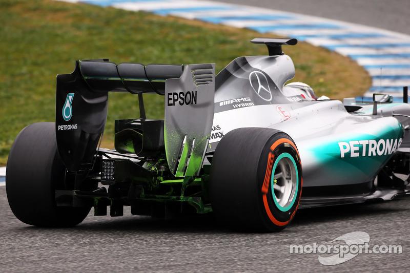 Lewis Hamilton, Mercedes AMG F1 W06, fährt mit Flow-Viz-Farbe am Heckflügel