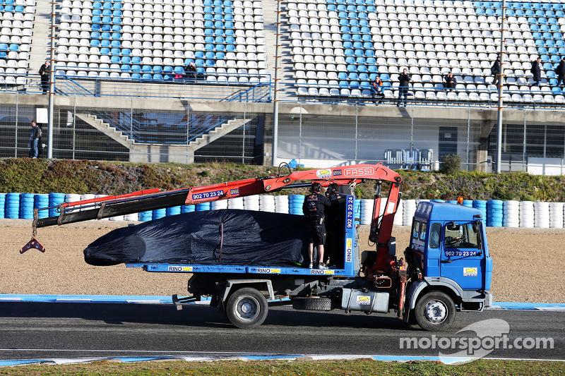 Der Red Bull Racing RB11 von Daniel Ricciardo, Red Bull Racing, wird per Lastwagen zurück in die Box gebracht