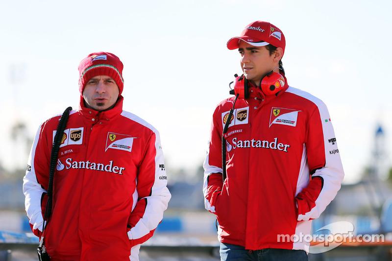 (Von links nach rechts): Simone Resta, stellvertretender Chefdesigner Ferrari, mit Esteban Gutierrez, Test- und Ersatzfahrer