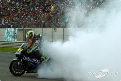 Sieger Valentino Rossi feiert mit einem Burnout