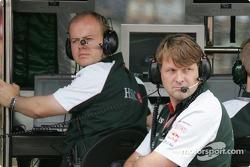 Le directeur général de Jaguar Dave Pitchforth et Dr Mark Gellin